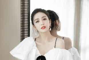 佟丽娅穿白色连衣裙身姿优越 锁骨迷人